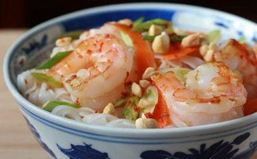Тайский салат с рисовой лапшой