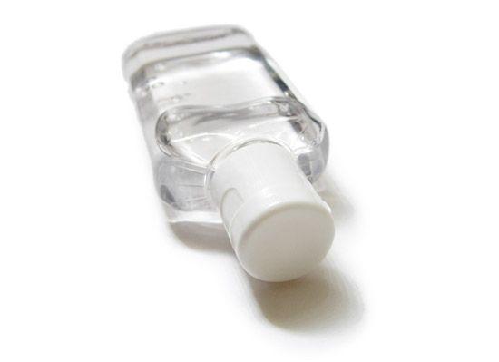 UDĚLEJ SI SÁM 1: Tekuté mýdlo Nechcete-li kupovat předražená tekutá mýdla v obchodě, udělejte si jednoduše tekuté mýdlo po domácku. A proč? Ušetříte - nebude Vás to téměř nic stát, a navíc budete přesně vědět s čím si doopravdy umýváte ruce - s...