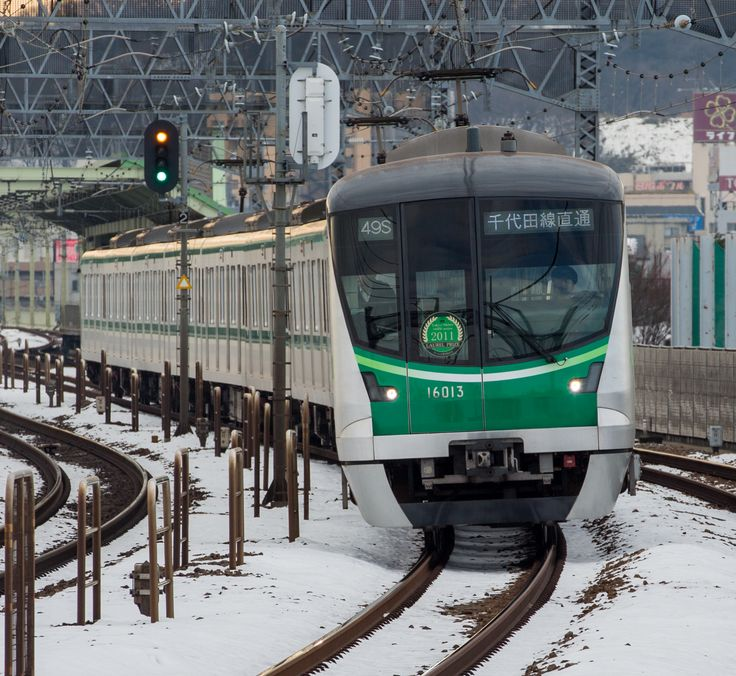 Series 16000, the newest car of Chiyoda-Line, passes at high speed quadruple track curve on the Odakyu-Line.(Photo by Showa Express)