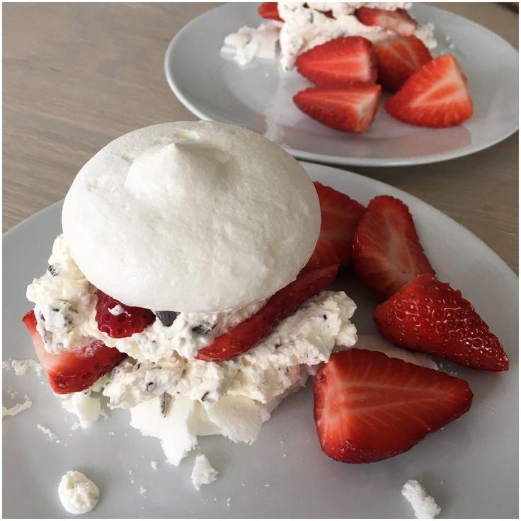 Lørdag eftermiddag fik vi små Pavlova med jordbær og fløde. De små kager blev nydt til eftermiddagskaffen i det fine vejr.