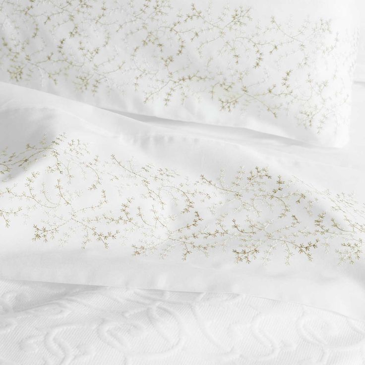 Kelly sheets feature a delicate fawn and beige flower motif.