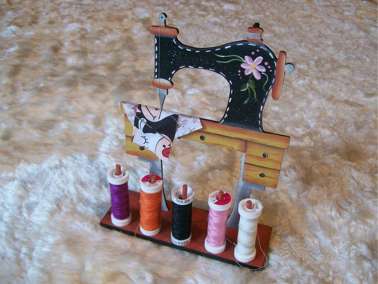 Recorte em MDF - mini caixa de costura, recorte decorado a mão com pinos para os retros de linha, acompanha agulheiro feito em tecido, possui pino para pendurar tesoura pequena.
