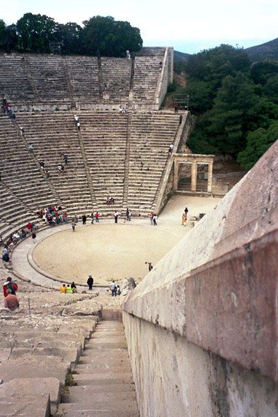 Theater of Epidaurus. Teatre d'Epidaure. Aquest lloc de peregrinació per a curar el dolor de l'ànima per mitjà de teatre grec clàssic continua viu. Imagineu-vos una romeria de 24.000 persones que el que vol veure són Les troianes? No té preu