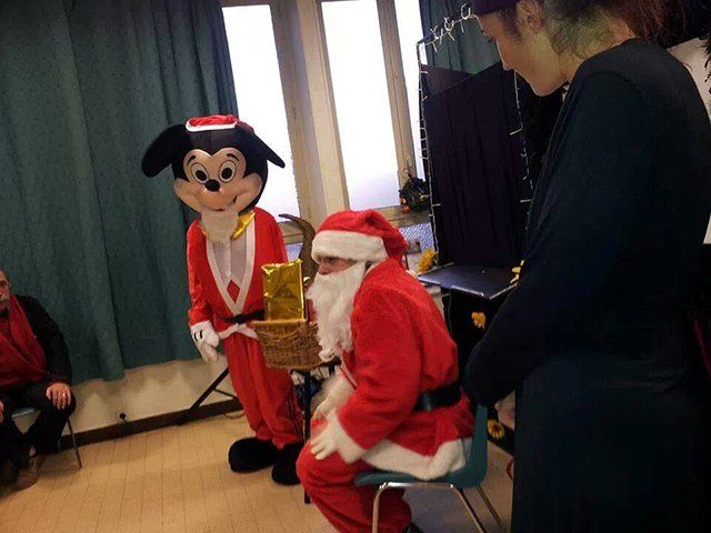 Mascotte Mickey, j'offre : http://www.web-commercant.fr/cheques/loisirs/villers-la-faye-21700/evenement-21/1671-mascotte-mickey