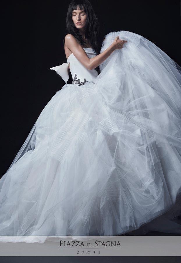 Leggiadri e vaporosi, gli abiti da sposa di #VeraWang rappresentano creazioni uniche, meravigliose. Guardale tutte su http://www.piazzadispagnasposi.it/collezioni/sposa/vera-wang-sposa-2017/