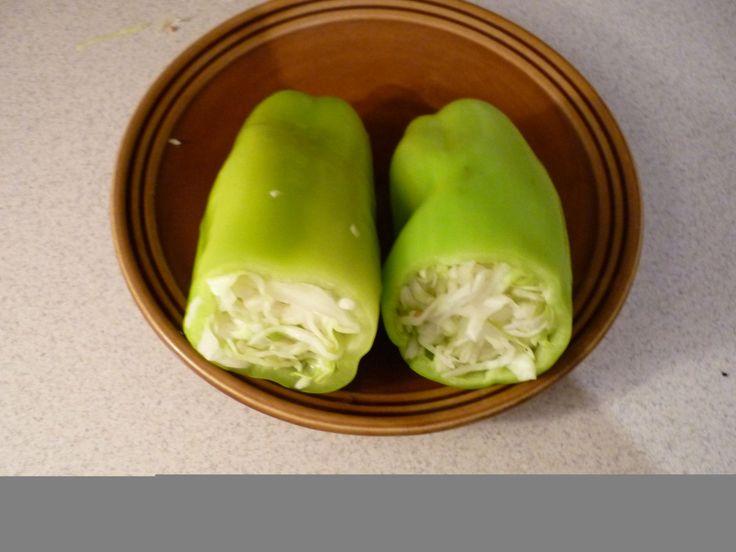 Papriky si očistíme, zelí nakrouháme a dáme je do nějaké větší nádoby. Mírně posolíme a počkáme, až zvláční. Pak je cpeme opatrně do paprik, ale...