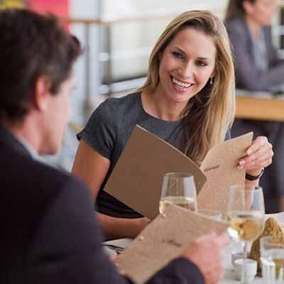 Cómo comer sano si vas a un restaurante: Lo mejor para evitar tentaciones es no llegar al restaurante con mucha hambre. Lo más aconsejable sería ...