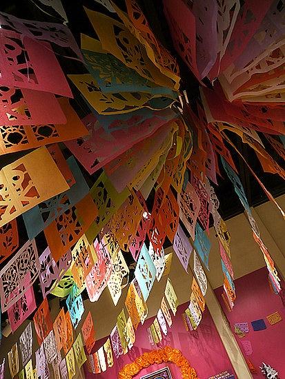 techo lleno de papel picado....