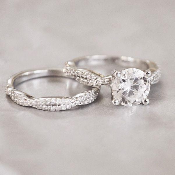 Muchas novias prefieren el oro blanco. Estos anillos nos enamoraron <3