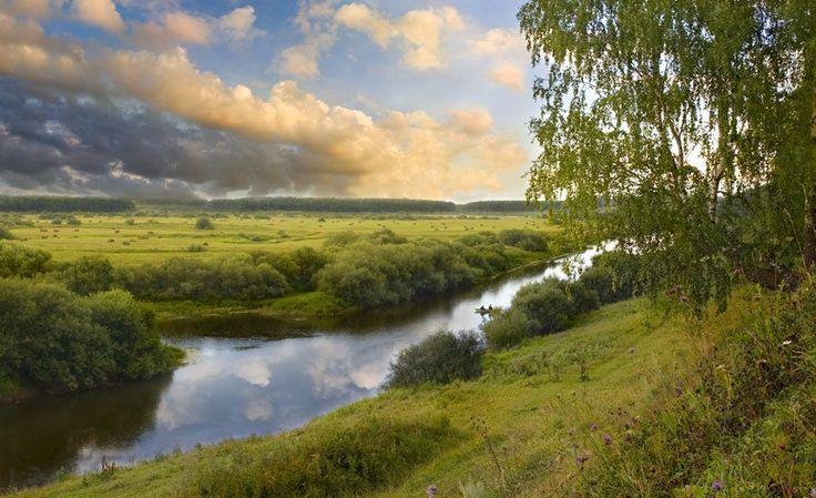 Объём пресной воды, находящейся в котловине Байкала, - 23 тыс. км кубических. Такой же примерно объём воды содержится во всех вместе взятых пяти Великих озёрах Северной Америки (Верхнее, Мичиган, Гурон, Эри, Онтарио) или в Балтийском море!   Воды в Байкале почти в 2 раза больше, чем в озере Танганьика, в 23 раза больше, чем в Ладожском озере (Ладожское озеро - самое большое озеро Европы)!