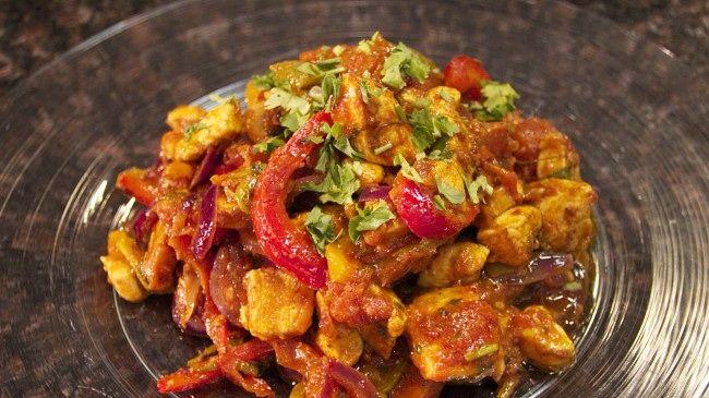 Sarita Sehjpal lager indisk chicken jalfrezi – en kyllingrett med massevis av smak.