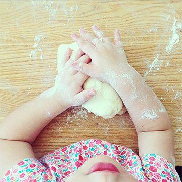jak małe dzieci mogą pomóc w kuchni