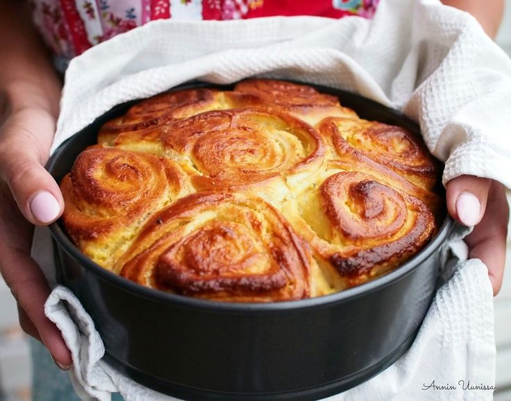 Dallaspulla-Bostonkakku mökkikahveille? Itse leipoisin tämän pullaherkun juuri pannukakuhvin kanssa nautittavaksi mökkiterassille!