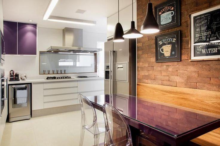 Cozinha planejada com mesa roxa e cadeira Incolor de MeyerCortez Arquitetura & Design - 84019 no Viva Decora