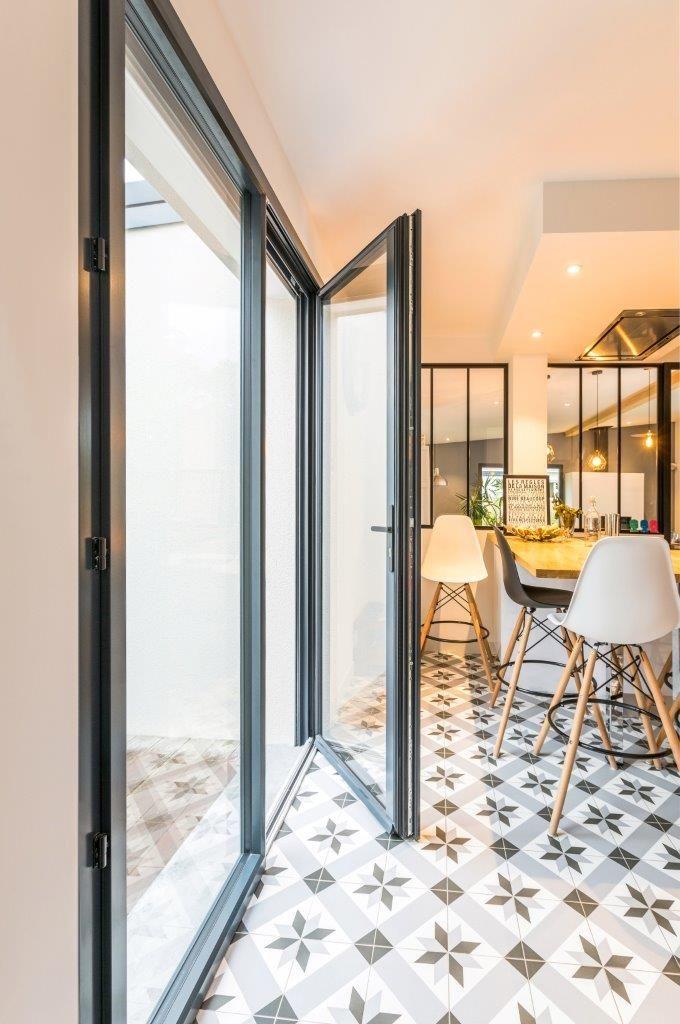 Une ambiance chaleureuse pour cette cuisine de belles menuiseries de la gamme tentation batistyl habitat