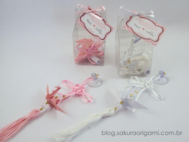 Lembrancinhas de Casamento: Bianca & William - móbile com tsuru, nó chinês e pompom de fios http://blog.sakuraorigami.com.br/2014/10/lembrancinhas-de-casamento-bianca.html
