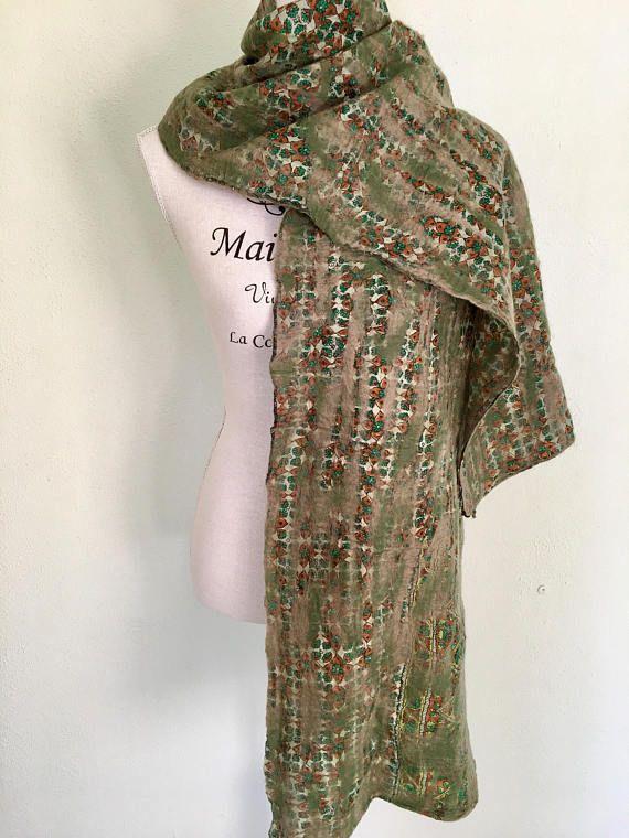 Wow, heb je ooit zoiets gezien? Deze sjaal is gemaakt door vrouwen in Nepal. Nepal is een arm land en de inwoners hebben nog steeds last van de gevolgen van de aardbeving van twee jaar geleden. Nepalese vrouwen maken deze sjaals bij hen zelf thuis met de hand. De basis voor de sjaal is een zijden sari die tijdens een bruiloft gedragen is. Die saris worden gewassen en hergebruikt. Een mooi voorbeeld van de circulaire economie! Op het zijde wordt gevilte merino wol gedrukt via een speciaal…