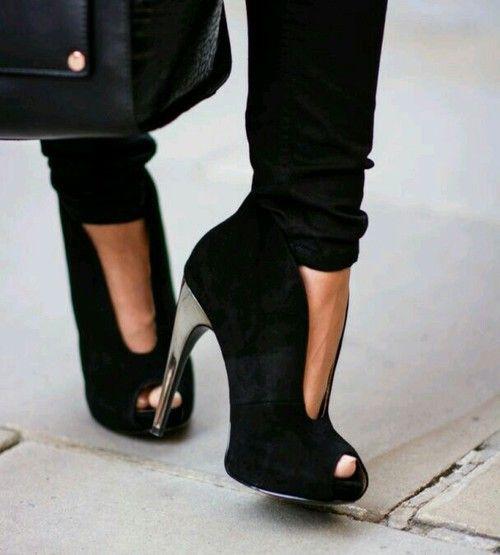 Black SUede Peep Toe Ankle Booties Plus de découvertes sur Le Blog des Tendances.fr #tendance #packaging #blogueur