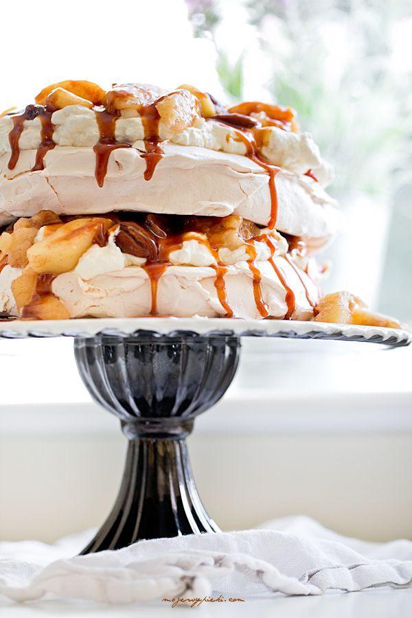 http://www.mojewypieki.com/przepis/tort-bezowy-z-jablkami,-orzechami-i-karmelem