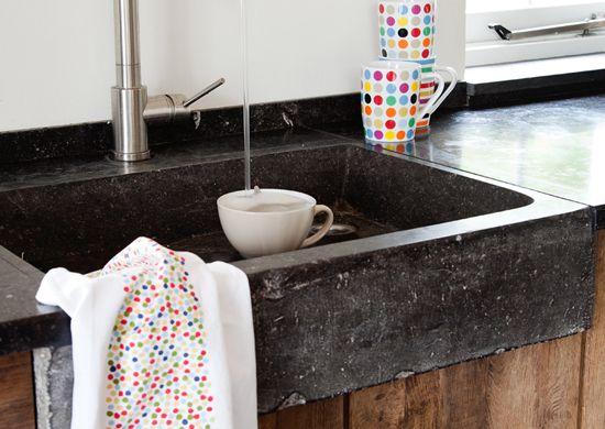 Spoelbak van oude arduin steen in een keuken, gemaakt van oud eiken  keuken # Wasbak Steen_065146