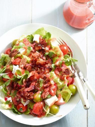 Salade met aardbeien, pecannoten en spekjes http://njam.tv/recepten/salade-met-aardbeien-pecannoten-en-spekjes
