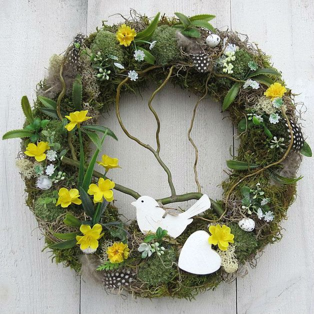 Türkranz auf der Basis eines Strohkranzes, Durchmesser ca. 33 cm. dicht dekoriert mit sorgfältig ausgewählten Naturmaterialien und künstliche kleine Blumen. Zum Aufhängen dient eine Schnur.