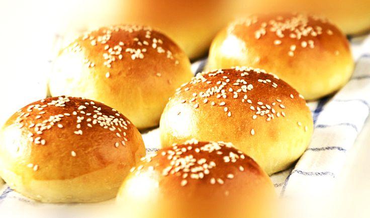 Τα ψωμάκια brioche είναι ιδανικά για πρωινό, για σνακ αλλά και για να συνοδέψετε τα burger σας.  Υλικά: (για 12 με 14 ψωμάκια) 1 φλιτζάνι του τσαγιού χλιαρό νερό 2 κουταλάκια τ
