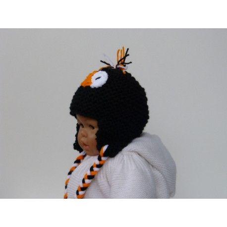 Adorable et craquant bonnet péruvien pingouin pour bébé tricoté en laine acrylique douce et chaude. Bonnet péruvien petit pingouin entièrement tricoté main tout au point mousse de couleur noir, avec son petit bec orange. Il possède des oreillettes pour bien protéger les oreilles sensibles de bébé avec des attaches tressées de 3 couleurs : noir, orange & blanche. Lavage 30°. Prix 8 $.