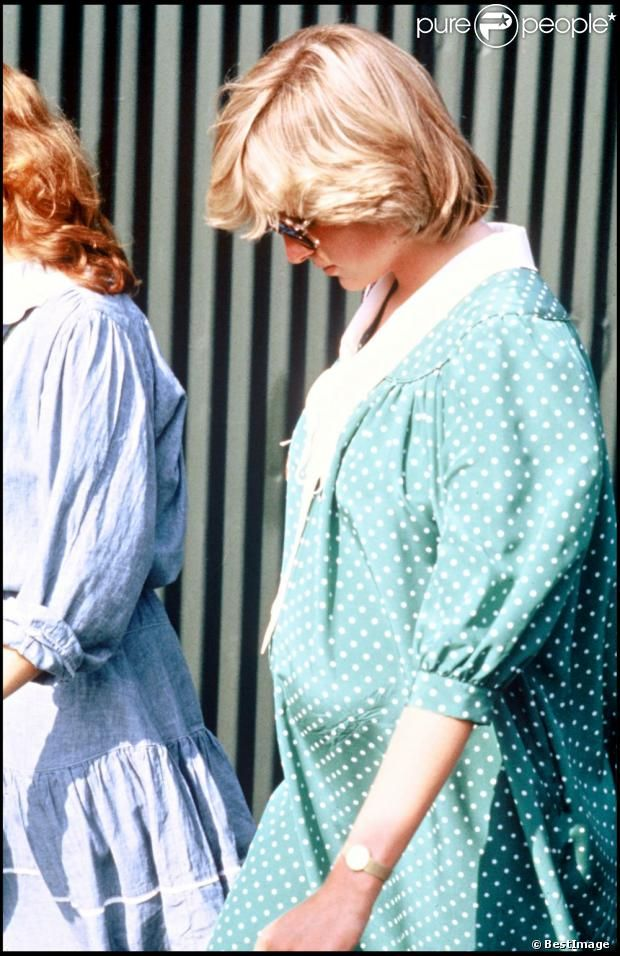 Lady Diana enceinte à Windsor en juin 1982, dans la robe de grossesse qu'elle portera le 22 juin en quittant la maternité avec son bébé le prince William
