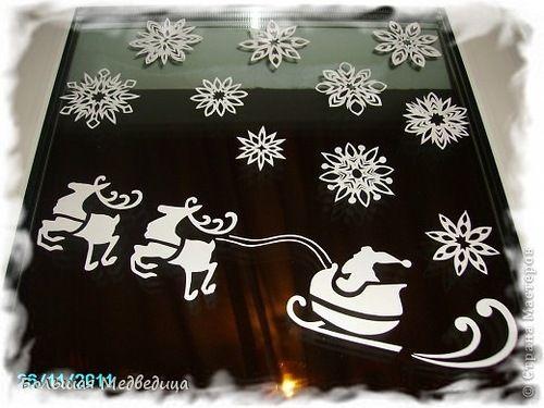Рисунки на окнах и бумажные снежинки