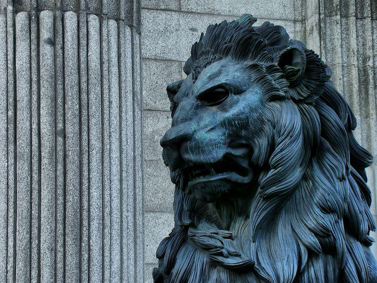 Detalle de uno de los leones que presiden el edificio de Las Cortes. Autor: ocana14