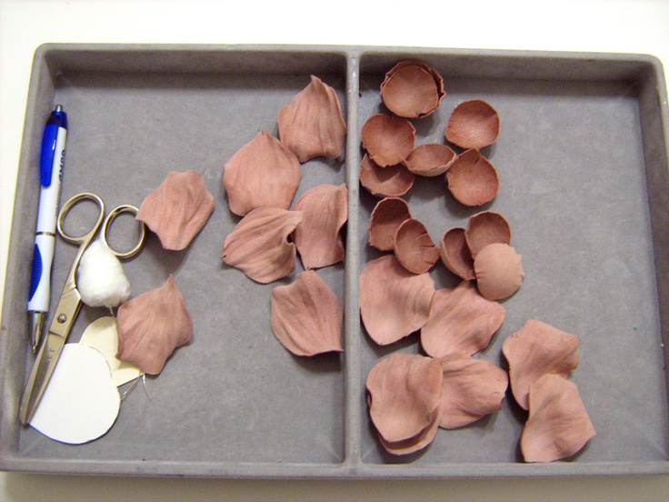 Making of handcrafted leather roses (petals, dusty pink, suede, DIY) http://www.leatherblooms.com/2013/03/02/thinking-of-roses/