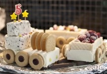Glasståg, perfekta tårtan på barnkalas. Icecream train the perfect cake at a children's party.