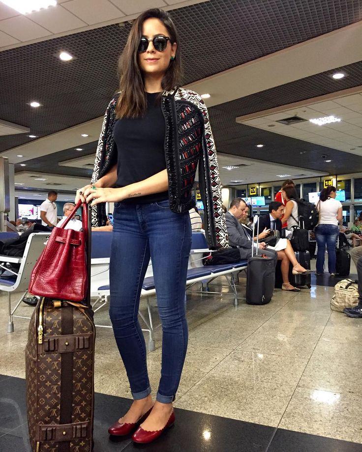 """Lu Tranchesi no Instagram: """"O look do aeroporto para um bate-e-volta até Ribeirão Preto foi com a saptilha mega confortável da @mrcatoficial ❤️ E o quanto ela é fofa? ☺️"""""""