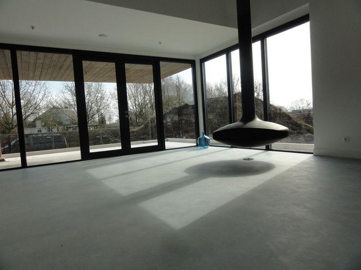 woonkamer, betonnen vloer, vrij hangende open haard FOCUS