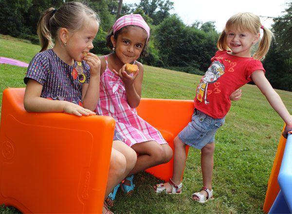 Banquette multifonctions pour enfant, pouvant  être utilisée comme une table, un banc ou une chaise, à l'intérieur comme à l'extérieur