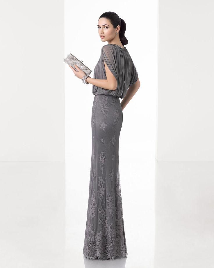 Vestido de fiesta largo silueta con cuerpo de muselina de seda y falda de encaje, con manga caída, en color humo, marino y acero.