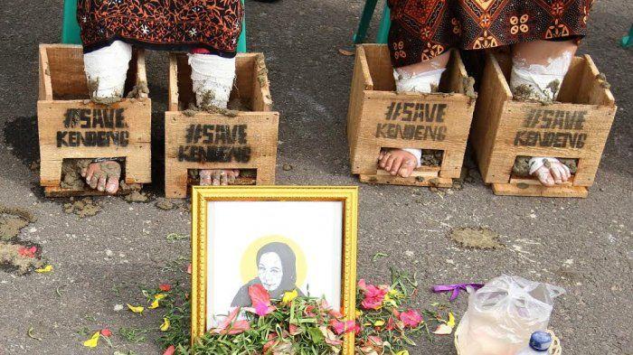 Tak Hanya di Depan Istana Aksi Tolak Pabrik Semen di Rembang Juga Digelar di Palembang  Aksi Solidaritas untuk warga Kendeng Jawa Tengah di Palembang yang mengecor kakinya dengan semen. (Foto: TribunSumsel/M.A. Fajri)  PALEMBANG (SALAM-ONLINE): Tak hanya di depan istana negara aksi solidaritas tolak pembangunan pabrik semen di Rembang Jawa Tengah juga digelar di Palembang Sumatera Selatan.  Aksi yang dilakukan lembaga swadaya masyarakat Wahana Lingkungan Hidup (Walhi) Sumsel itu bekerja sama…