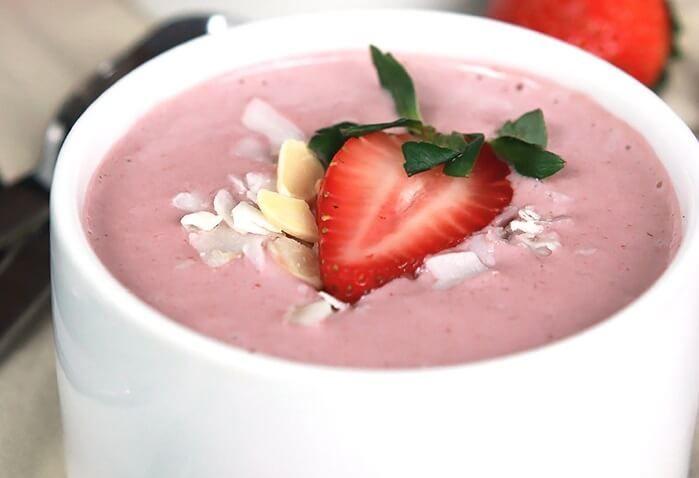 Sezon truskawkowy w pełni! Poznaj przepisy na zdrowe letnie desery z truskawkami - od orzeźwiających lodów po pyszne batoniki.
