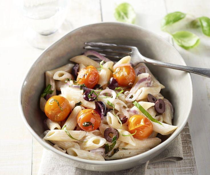 Penne con pomodorini ciliegino, olive e formaggio di capra. Una pasta deliziosa non può mancare al vostro menù settimanale, vero? Provate un po' questa ricetta vegetariana con gustosi pomodorini arrostiti, olive, formaggio di capra e basilico. Sarà pronta in meno di una mezz'oretta, sana e super deliziosa!