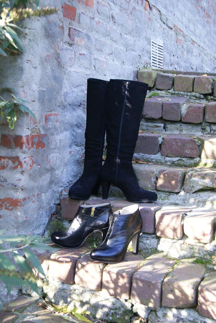 Schoenen die eigenlijk overal wel bij staan? Zwart is een mooie neutrale kleur  om te combineren. Een spijkerbroek of een jurkje? De lage schoenen staan ook heel mooi onder een pantalonbroek.  Enkellaarsjes: Maat 37 van het merk noë voor 39,- Laarzen: Maat 37 voor 42,95