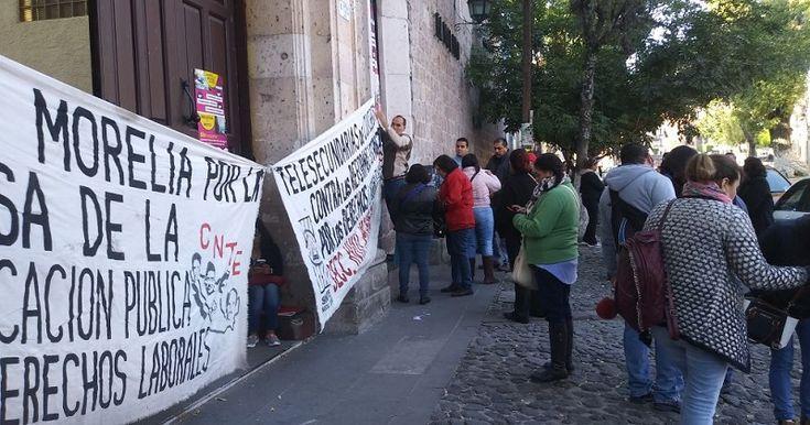 Los manifestantes exigen el pago de bonos pendientes; que se garanticen todos los pagos de fin de año, incluyendo aguinaldos; y, que se derogue la reforma educativa – Morelia, Michoacán, ...