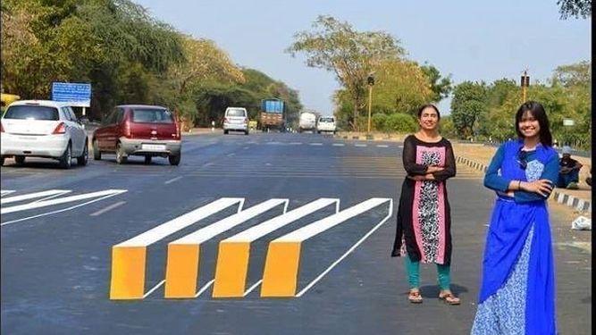 Un ingenioso paso de cebra hace que los coches frenen mediante una ilusión óptica -- Dos mujeres indias han creado un paso de cebra que mediante una ilusión óptica crea la sensación de estar elevado. La falta de respeto a estas áreas que dejan paso a los peatones son muy comunes por parte de los conductores.