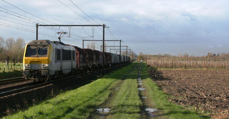 https://flic.kr/p/BwRMsv | NMBS SNCB HLE1325 passeert Wichelen | In de meeste gevallen komt er kort nadat ik zelf van de L-trein naar Mechelen in Wichelen ben afgestapt nog een cargo (trein komt telkens xx:45 aan) door. Ook vandaag was dat het geval, want ik was op het goedkomend uit naar het fotopunt dichtbij het station gefietst nu ik eens een degelijk toestel bij had en na zo'n kleine 10 minuten kwam deze 1325 met staaltrein aan een rustig tempo aangereden. Allicht komt deze trein van…
