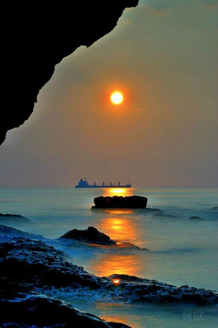 El enorme barco se mimetiza con las rocas de la orillaaa...