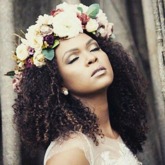 Penteados para noivas negras #cachos #noivascacheadas