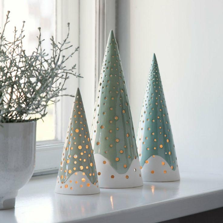 Dekorieren Sie die Fenster des Hauses mit künstlichen Keramikbäumen wie Laternen und Kerzen