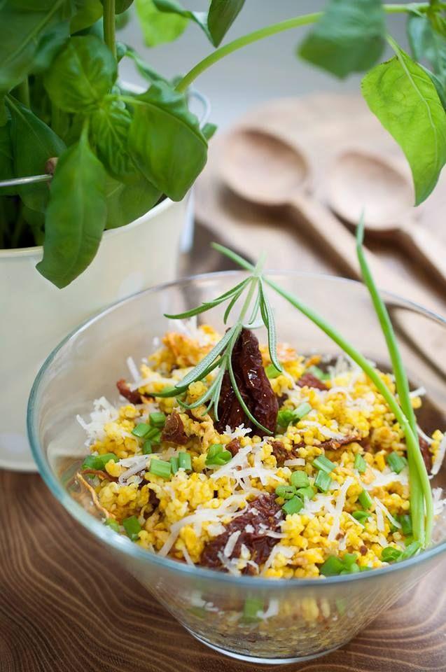 Kasza jaglana z suszonymi pomidorami, kurkumą i jajkiem / Millet with sun dried tomatoes, turmeric and eggs