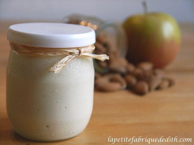 A la recherche d'un goûter qui convienne aux personnes réactives aux amines et au sucre, j'ai inventéce «yaourt» maison.  Pour 4 pots de yaourts : 100 g d'amandes, 2 pommes moyennes, 200 ml d'eau, 2 g d'agar-agar. Mettez les amandes dans une casserole et couvrez d'eau froide. Quand l'eau bout, arrêtez lefeu et laissez … … Lire la suite →