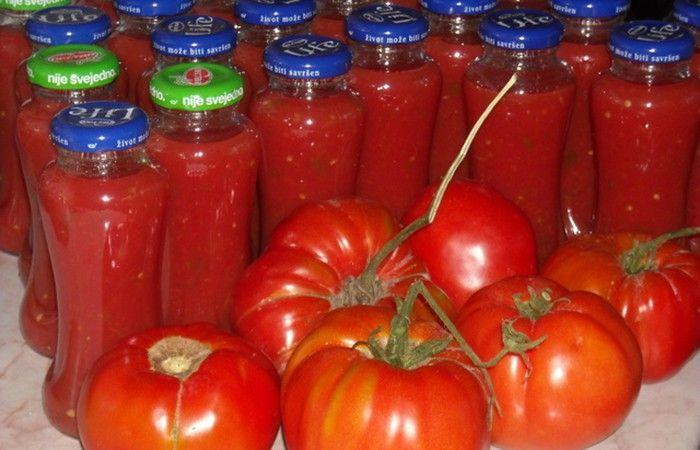 Máte doma spoustu rajčat? Vyzkoušejte si připravit domácí rajčatový protlak, který můžete použít do omáček, do polévek nebo do různých jídel.